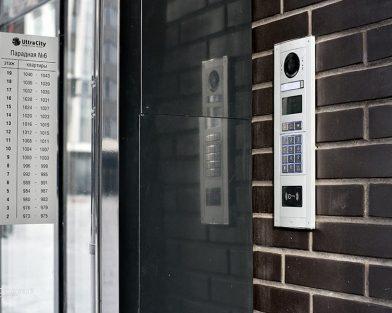 ЖК УльтраСити - поъездный указатель на стекло