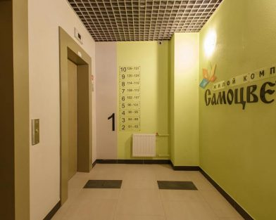 ЖК Самоцветы - оформление холла указателями квартир и логотипом