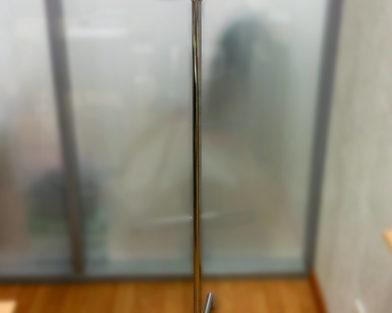 Указатель на хромированной ноге