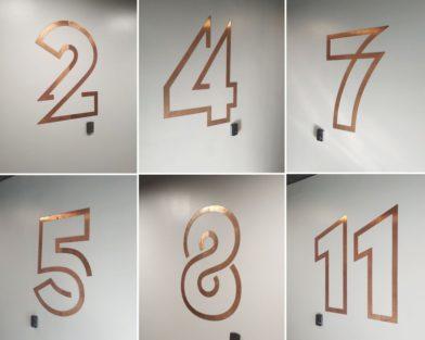 Номера этажей в лифтовом холле из меди